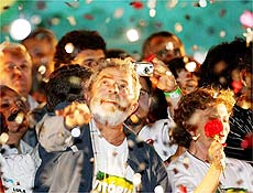 Reeleito presidente até 2010, Luiz Inacio Lula da Silva fala durante festa na avenida Paulista ao lado da mulher Marisa Leticia