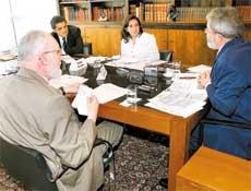 Presidente Luiz Inácio Lula da Silva responde a perguntas de Clóvis Rossi (esq), Fernando de Barros e Silva (centr-esq) e Mônica Bergamo (centro) durante sabatina da Folha