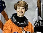 Eileen Collins, 48, comanda ônibus espacial Discovery