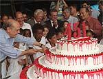 Serra corte bolo dos 451 anos da cidade de SP, na Paulista