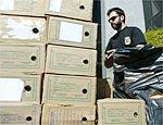 Policiais apreendem caixas de documentos em importadoras