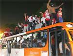 São-paulinos comemoram título sobre ônibus em avenida de SP
