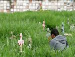 Homem visita túmulo de parente no Vila Formosa