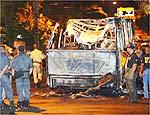 Ônibus fica destruído após ataque na zona norte do Rio