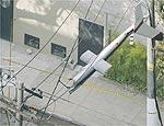 Helicóptero cai em São Paulo e fica preso à rede elétrica