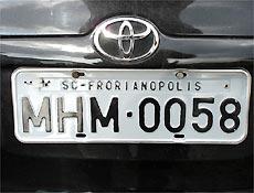 Placas com erro de grafia denunciaram carro roubado à polícia em estrada do interior de SP
