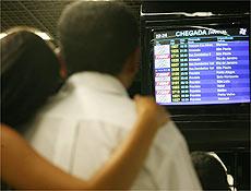 Pessoas buscam informações sobre o vôo 1907 no aeroporto de Brasília