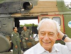 O ministro da Defesa, Waldir Pires, com aeronave e militares da Aeronáutica