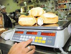 Pães em balança de padaria na zona leste de São Paulo; pesagem é obrigatória