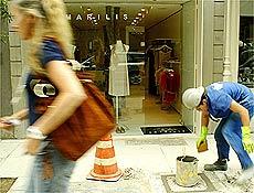 Operário trabalha na rua Oscar Freire, um dos centros de consumo de luxo de São Paulo