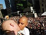 Casal exibe beijo na parada