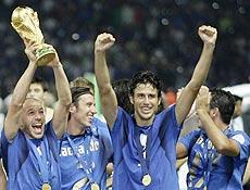 Com Del Piero segurando a taça, jogadores italianos comemoram quarto título mundial