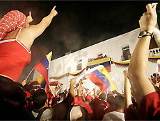 Simpatizantes aplaudem Hugo Chávez , que derrotou Manuel Rosales para a Presidência