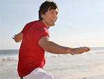 Tiago encontra tempo para surfar em praia do Rio
