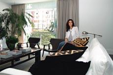 A decoradora Nórea De Vitto, dona de sofás enormes, que já precisou içar o móvel pela janela