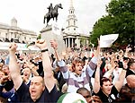 Pessoas festejam em Londres