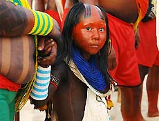 Menina caiapó espera para realizar dança