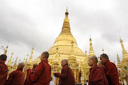 Monges budistas desfilam em Yangun