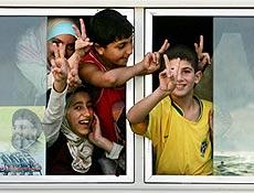 Crianças libanesas fazem sinal de vitória durante retorno ao Líbano, após cessar-fogo