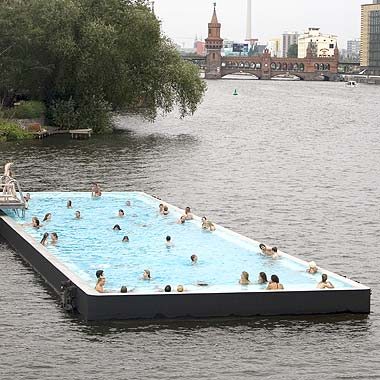 Inaugurata a berlino una piscina galleggiante in mezzo al for Un mezzo galleggiante