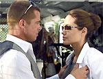 """Pitt e Angelina em cena do filme """"Sr. e Sra. Smith"""""""