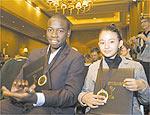 Douglas e Carolina exibem medalha do Emmy