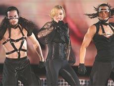 """Madonna apresenta """"Get Together"""", na """"Confessions Tour"""", clique para ver mais fotos"""