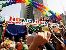 """Trio elétrico da 10ª parada gay de São Paulo exibe faixa: """"Homofobia é Crime"""""""