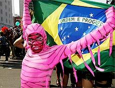 Cores da bandeira brasileira dividiram espaço com o rosa na 10ª parada gay de São Paulo
