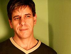 """O ator paulistano Giulio Lopes, 46, que interpreta o diretor de TV Régis em """"Cristal"""""""