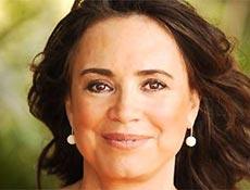 Regina Duarte faz o papel da médica Helena