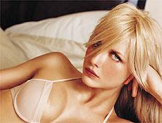 A carreira de Ana Claudia teve inicio aos 14 anos, quando entrou numa escola de modelos