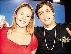 "A apresentadora do programa ""Combo - fala + Joga"", Luiza, com o cantor Felipe Dylon"