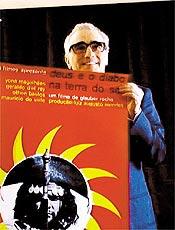"""Martin Scorsese segura cartaz de """"Deus e o Diabo na Terra do Sol"""""""