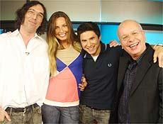 """André Almada (no centro) esbanja bom humor no programa """"Saca-Rolha"""", da PlayTV"""