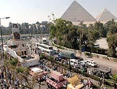 Remoção de estátua de Ramsés 2º foi acompanhada por uma multidão no Egito