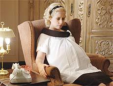 Luiza (Paloma Duarte) aparece grávida