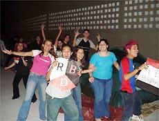 Fila reúne dezenas de fãs adolescentes