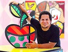 Artista plástico recifense Romero Britto ao lado de uma escultura de sua autoria
