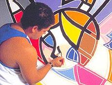 Romero Britto, 42, pinta em seu atellier