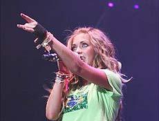 Anahí emocionou o público presente ao vestir camiseta com a bandeira do Brasil