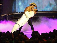 Marcos Mion e Cazé simulam beijo gay durante a cerimônia do VMB 2006, no Credicard Hall