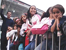 Sem ingressos, famílias vão ao estádio do Morumbi para acompanhar ônibus do RBD
