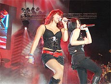 Cantoras do RBD Dulce Maria e Maite se apresentam durante show em São Paulo