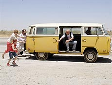 """Kombi de """"Pequena Miss Sunshine"""" impõe convivência a uma família problemática"""