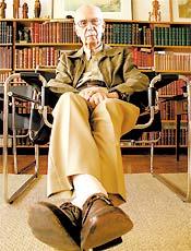 Crítico Antonio Candido na biblioteca de sua casa, em São Paulo