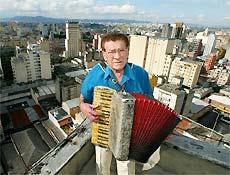 Mário Zan e seu acordeon no topo do prédio onde morava, no centro de São Paulo