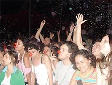 """Fãs fazem folia durante a canção """"Todo Carnaval Tem Seu Fim"""", do Los Hermanos"""