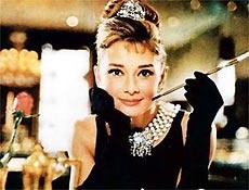 """Atriz Audrey Hepburn como Holly Golightly no filme clássico """"Bonequinha de Luxo"""", de 1961"""