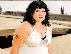Beth Ditto, a vocalista do grupo Gossip, é gorda, lésbica e feminista